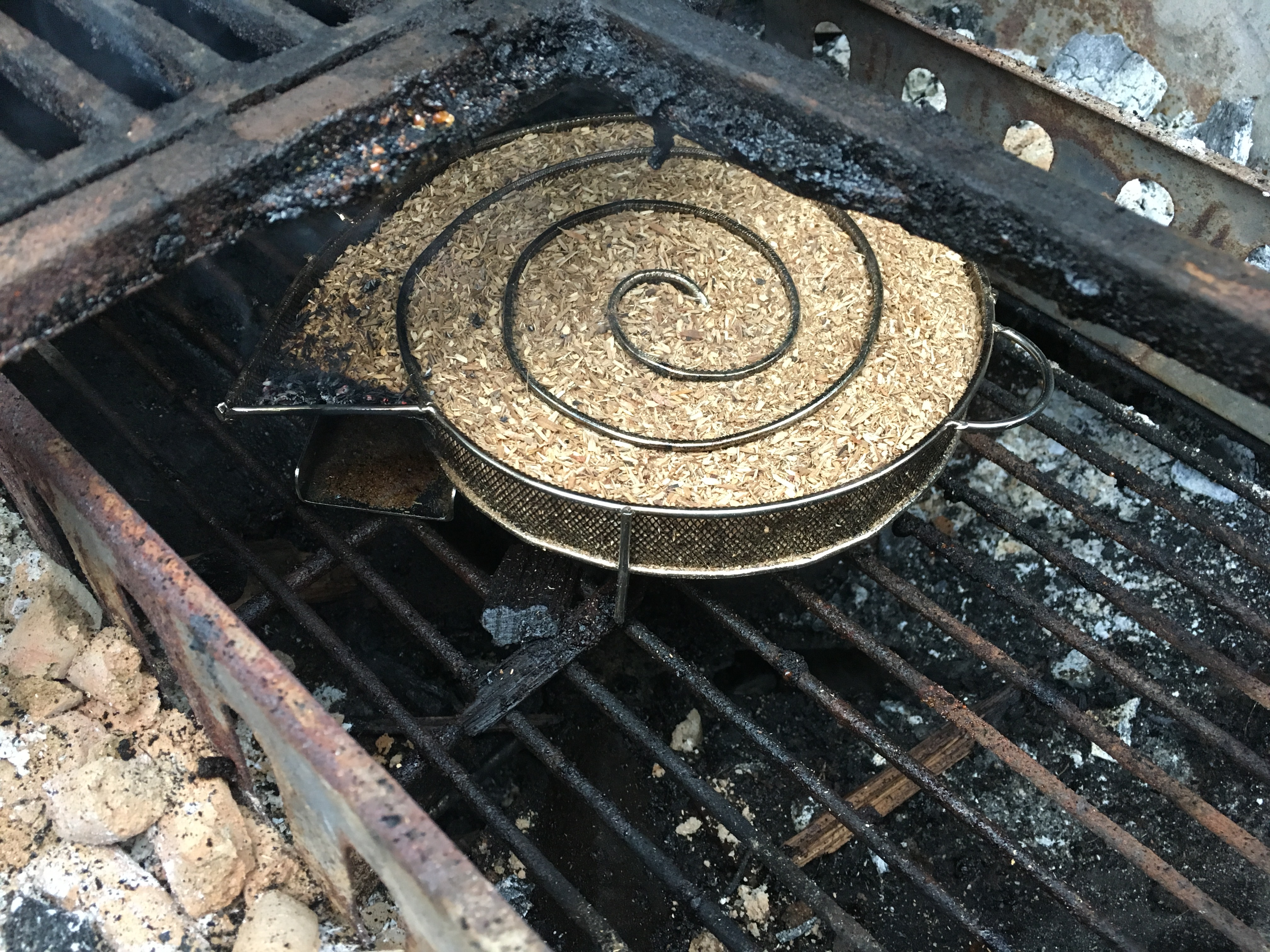 Den Holzkohlegrill zum Räuchern vorbereiten