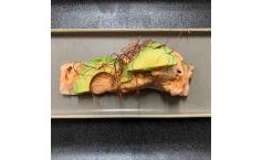 Sous Vide gegarter Lachs mit Avocado und Chiliflocken