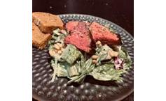 Teres Major auf Sommersalat mit Pinienkernen und Parmesan