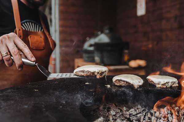 Käse auf dem Burger schmelzen lassen, er sorgt für Geschmack und Saftigkeit