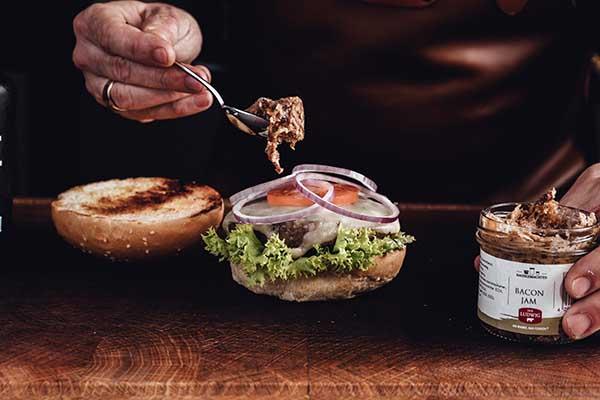 Relishs auf dem Burger bringt den speziellen Aromenkick