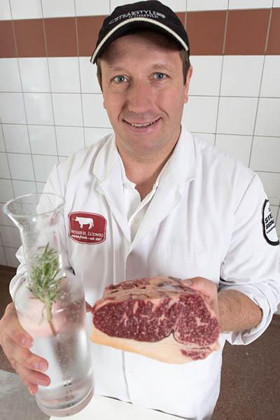 Metzgermeister Dirk Ludwig mit Aqua Aged Beef