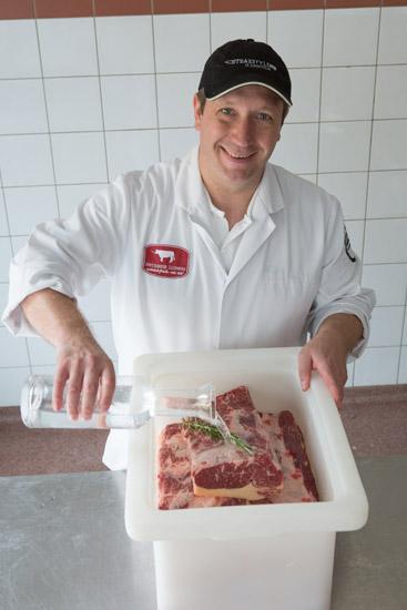 Fleischermeister und Fleischsommelier Dirk Ludwig bei der Herstellung von Aqua Aged Beef