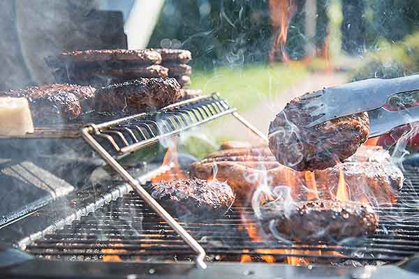 Burger werden auf dem Grill zubereitet