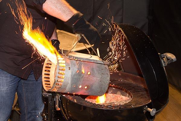 Holzkohlegrill für indirekte und direkte Hitze vorbereiten