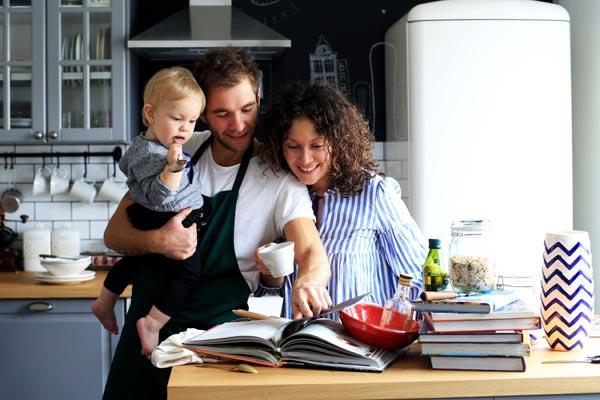 Eine Familie kocht gemeinsam in der Küche