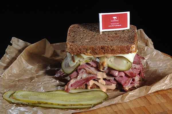 Klassisches Reuben Sandwich mit Roggenbrot