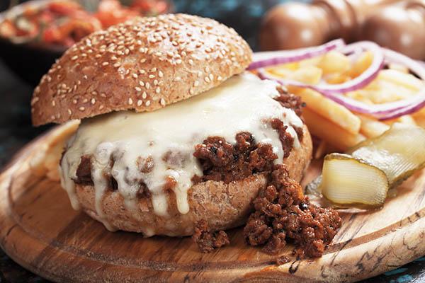 Sloppy Joe Burger mit Hackfleisch und Käse