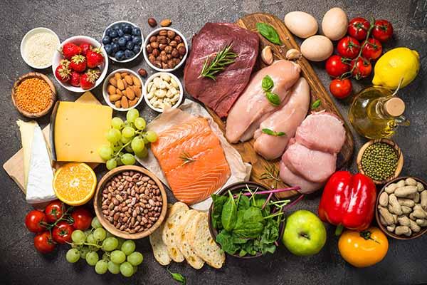 Augewogene Ernährung aus Fleisch, Fisch und Gemüse ist wichtig