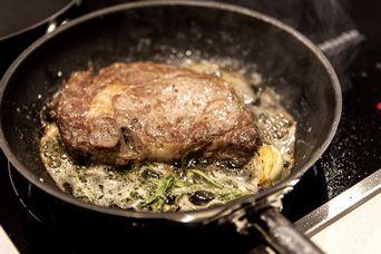 Steak in der Pfanne garen