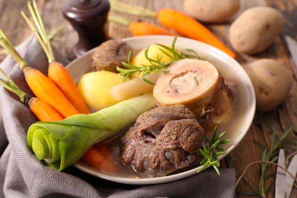 Fleischbrühe kochen - Fleisch, Gemüse und Kräuter