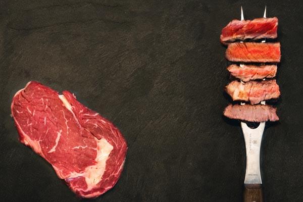 Verschiedene Garstufen des Steaks dargestellt an einem Steak