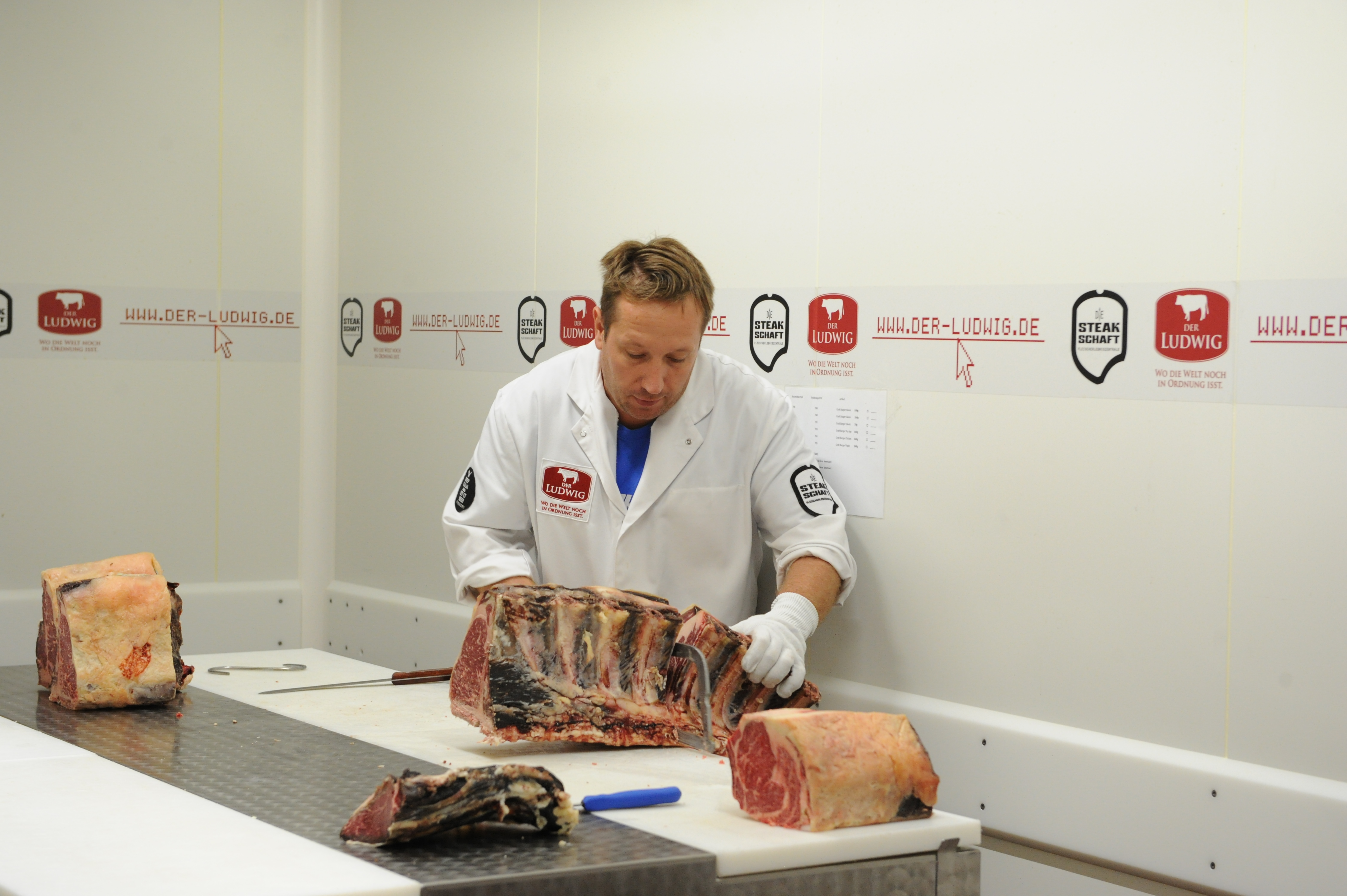 Dirk Ludwig beim zerlegen eines Dry Aged Rinderrückens