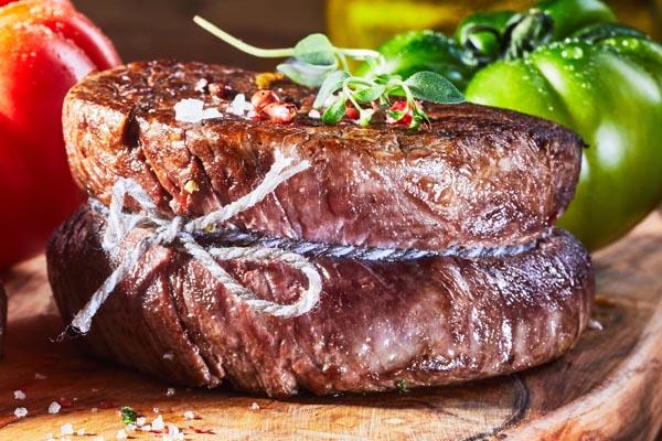 Dry Aged Rinderfilet zubereitet mit Kräutern und Gewürzen